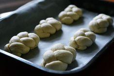Nejlepší domácí housky - recept na křupavé a vláčné houstičky Cookies, Desserts, Food, Crack Crackers, Tailgate Desserts, Deserts, Biscuits, Cookie Recipes, Meals