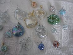 Wire wrapped cracked marbles and flat backed marbles to make necklace pendants. Beaded Crafts, Jewelry Crafts, Handmade Jewelry, Marble Jewelry, Glass Jewelry, Flat Marble Crafts, Lizard Craft, Rainforest Crafts, Cracked Marbles