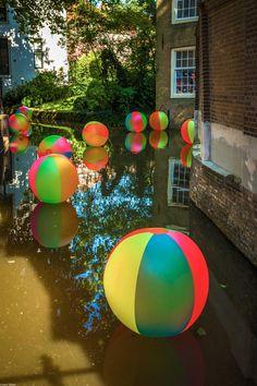 Beachparty met ballen in Goudse Gracht bij Museum #Gouda