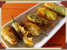 Pimientos de Padrón en tempura rellenos de paté y queso. Esto es una tapa y lo demás es tontería. #recetas #tapas