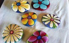 fleurs simples peintes sur des galets, exemple de galets décoratifs faciles à réaliser