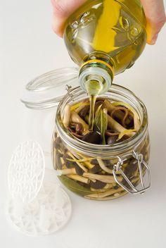 Chiodini sott'olio con acciughe e limone : Scopri come preparare questa deliziosa ricetta. Facile, gustosa e adatta ad ogni occasione. Questo conserve e confetture ha un tempo di preparazione di 30 minuti.