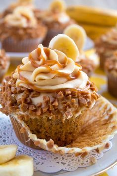 These Banana Caramel Cupcakes are moist fluffy tender and have the most perfect banana flavour Filled with homemade caramel sauce rolled in toffee bits and topped with Caramel Cream Cheese Frosting these cupcakes will have your taste buds going crazy Just Desserts, Delicious Desserts, Dessert Recipes, Health Desserts, Easy Cupcake Recipes, Picnic Recipes, Health Foods, Snack Recipes, Snacks