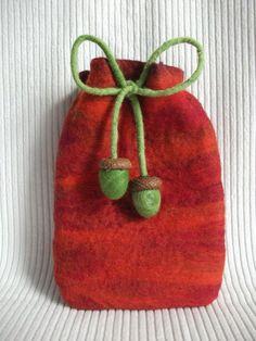 """kleiner Beutel aus Filz """"Herbst"""" mit Filzeicheln  Kleiner Filzbeutel in leuchtenden Herbsttönen. Ein Bändchen dient als Verschluss, an den Enden sind grüne Filzeicheln befestigt.  Größe: ca. 13cm x 18cm  Der Beutel kann auch größer gefilzt und mit einem Bändchen zum Umhängen versehen werden."""