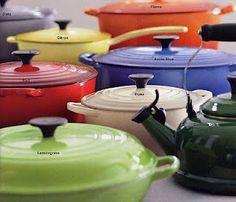 Le Creuset pannen, verkrijgbaar in diverse vormen, kleuren en formaten. Kom langs in één van onze kookwinkels of www.kookwinkel.nl