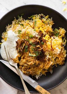 Chicken Biryani in a rustic black bowl with yellow saffron rice, garnished with crispy fried onions, coriander and minted yoghurt, ready to be eaten Biryani Chicken, Chicken Biryani Recipe Indian, Dum Biryani, Indian Chicken, Chicken Tikka, Indian Food Recipes, Asian Recipes, Healthy Recipes, Yogurt