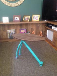 """Frame Table - Frame Table é uma mesa para suporte de pequenos objetos feita com um quadro de bicicleta e uma chapa de madeira trabalhada. Esse produto possui um rodizio na parte da frente que possibilita a locomoção para  outros cômodos de uma casa, além de uma """"pega"""" auxiliar para puxar a mesa."""