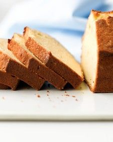 Pound cake is one of the oldest types of cake in the U. It's an easy cake that keeps well and can be flavored in many delicious ways. Here is information on the origin of the pound cake. Also, we share our best tips for successfully making a pound cake. Vanilla Pound Cake Recipe, Pound Cake Recipes, Easy Cake Recipes, Easy Desserts, Baking Recipes, Delicious Desserts, Dessert Recipes, Yummy Food, Gastronomia