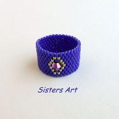 """«Anello """"Nel Blu"""" a fascia, realizzato con la tecnica Peyote utilizzando perline delica di colore blu e argento con incastonata una perla biconica dai…»"""