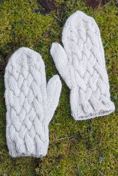 These cabled mittens are super warm, thanks to Novita Alpaca Wool yarn. Intarsia Patterns, Lace Patterns, Stitch Patterns, Knitting Patterns, Crochet Patterns, Alpaca Wool, Wool Yarn, Knitting Yarn, Mittens Pattern