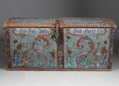 Rosemalt kiste med blå bunnfarge, eiernavn og dat. 1854. L: 123 cm., noen skader/mangler.