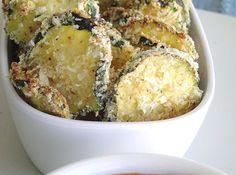 Receita de Chips de Abobrinha ao Forno - 1/4 xícara (chá) de farinha de rosca (usei panko japonês, como floquinhos), 1/4 xícara (chá) de queijo parmesão ralado na hora, 1/4 colher (chá) de sal, 1/4 colher (chá) de alho em pó, 1/8 colher (chá) de pimenta-do-reino, 1/8 colher (chá) de pimenta vermelha em pó (adição minha), 2 claras de ovos (a receita pedia leite), 2 1/2 xícara (chá) de abobrinha em rodelinhas