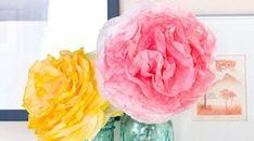 Faça muitas flores com forminhas de papel para docinhos, com a cor ou com a estampa de sua preferênc