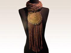 """PIECE UNIQUE Césarée Bijoux Long collier ethnique composé de 31 rangs de bois marron, d'un """"rideau"""" de brins en bois marron et d'un pendentif central """"soleil"""" en bronze - provenance : Afrique VENDU"""