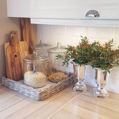 Kitchen Countertop Decor, Kitchen Redo, Home Decor Kitchen, Kitchen Styling, Home Kitchens, Kitchen Design, Western Kitchen, Country Kitchen, Apartment Kitchen