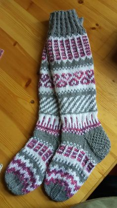 beautiful fair isle socks in grey, white, and rose Wool Socks, Knitting Socks, Filet Crochet, Knit Crochet, Diy Crafts Knitting, Cross Stitch Pattern Maker, Comfy Socks, Gudrun, Fingerless Mittens