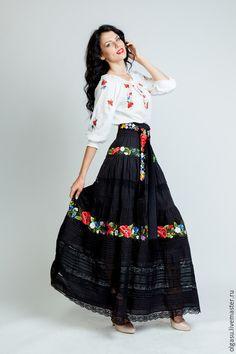Купить или заказать Вышитая чёрная юбка 'Яркий дуэт' ручная вышивка в интернет-магазине на Ярмарке Мастеров. Вышитая юбка 'Яркий дуэт' - черная юбка, которая состоит из трёх ярусов присборенной ткани с ручной вышивкой. Декор юбки - ручная вышивка и красивые защипы с кружевами, - что придаёт вышитой юбке красоту, элегантность и утончённость. Низ юбки выполнен из маркизетовой ткани, более прозрачной чем верх юбки состоящей из батистовой ткани. Очень интересный эффект прозрачност...