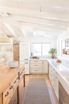 modern cottage kitchen, rustic kitchen design, modern farmhouse kitchen with whi. modern cottage k Rustic Kitchen Design, Farmhouse Style Kitchen, Modern Farmhouse Kitchens, Interior Design Kitchen, New Kitchen, Kitchen Dining, Kitchen Decor, Kitchen Ideas, Kitchen Inspiration