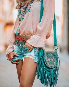 If you do in fact also extended being a hippies idol, ensure you know most of the principles and magnificence details on how to wear the boho-chic fashion pattern! Hippie Style, Look Hippie Chic, Estilo Hippie Chic, Mode Hippie, Look Boho, Bohemian Style, Bohemian Outfit, Bohemian Bag, Mode Outfits