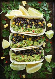 Tacos de frijoles con guacamole. Si tienes la opción de conseguir tortillas de nopal será aún mejor.