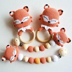 Love the crochet bead idea Crochet Baby Toys, Crochet Fox, Newborn Crochet, Baby Knitting, Crochet Quilt Pattern, Crochet Patterns, Crochet Pacifier Holder, Baby Accessoires, Newborn Toys