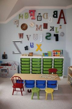 This is apparently a Montessori Homeschool Room. Whats awesome is that my finished basement/playroom/craftstudio looks SO much like this! Maaaaaaybe I should homeschool my kid. Preschool Classroom Decor, Preschool Rooms, Classroom Design, Preschool Room Layout, Classroom Setting, Kindergarten Classroom, Preschool Decorations, Preschool Math, Preschool Ideas