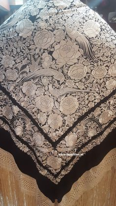 Mantón de Manila antiguo. Silk Shawl, Embroidered Silk, Machine Embroidery, Shawls, Patterns, Lace, Products, Flamenco Dresses, Hand Fans