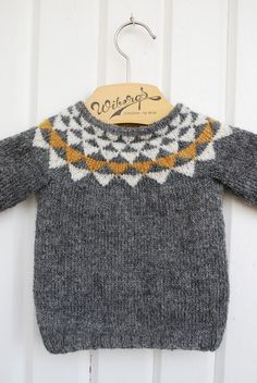 Baby Knitting Patterns Oh geez. Can you imagine how cute with baby jeans cuffed up … Knitting For Kids, Baby Knitting Patterns, Knitting Ideas, Little Fashion, Kids Fashion, Pull Bebe, Baby Jeans, Baby Sweaters, Baby Boy Sweater