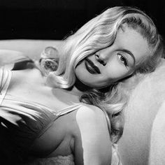 veronica lake - I've been told I look like her. Minus the pin up girl career. Hollywood Vintage, Old Hollywood Glamour, Golden Age Of Hollywood, Hollywood Stars, Classic Hollywood, Hollywood Curls, Hollywood Poster, Hollywood Scenes, Hollywood Fashion