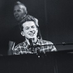 OMG 🙉 Wanna know how talented Charlie Puth really is? Check out my 👻 (henni_lou) to see the concert 👽 Thank you for this epic concert! A great singer and such a cool person 🙌🏽. Charlie Puth Music, Playing Piano, Dear Future Husband, Celebrity Guys, Best Friend Goals, Record Producer, Shawn Mendes, Concerts, Babys