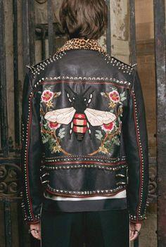 Conheça o novo serviço exclusivo da Gucci de DIY, onde você pode customizar sua própria jaqueta na loja.