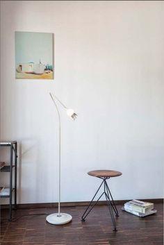 Serien Lighting Poppy Floor 1 arm, Keramik Schirm, beiger Arm und Leuchtenfuß creme lackiert