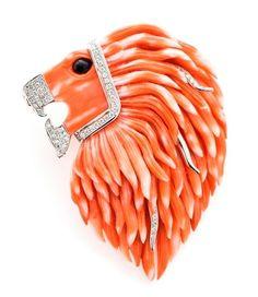 Broche NICOL´S. Maxi broche y sujección trasera para colgante, 78mmx61mm, tallado a mano en forma de cabeza de león, detalles en oro en melena, boca y collar. Fabricado en oro blanco 18kt, coral natural y diamantes talla brillante. Peso total D1.08qt. #joyas #altajoyeria #coral #diamantes www.nicols.es