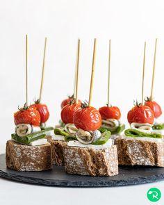 """7,841 Me gusta, 46 comentarios - Realfooding®   Recetas Sanas (@realfooding) en Instagram: """"PINCHO DE BOQUERÓN EN VINAGRE ⠀⠀⠀ 📝 Ingredientes: ⠀⠀⠀ 🔸 8 tomates cherry⠀ 🔸 3 pimientos…"""" Caramel Apples, Queso, Desserts, Instagram, Food, Vinegar, Green, Tailgate Desserts, Deserts"""