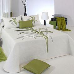 Colcha Reversible LYNETTE Reig Martí. Si buscas una colcha sencilla y funcional, la acabas de encontrar. Una gran rama decora la parte central, en morado o en verde, según modelo. Además tienes la ventaja de que es reversible, un dos en uno perfecto. Designer Bed Sheets, Luxury Bed Sheets, Luxury Bedding, Bed Sheet Painting Design, Luxury Bedspreads, Bed Cover Design, Bedroom Comforter Sets, Embroidered Bedding, Home Decor Furniture