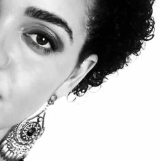 Aprenda a olhar nos olhos do outro, pois muitas vezes um olhar dispensa muitas palavras. Good night for you!  #pb #blackandwhite #instacachos #curlyhair #shorthair #eyes #janelasdaalma