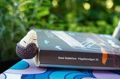 Dette meget sjove bogmærke er fundet tilfældigt på nettet, og stammer fra Sverige og en blog der hedder http://virkverket.blogspot.com. Jeg har oversat opskriften, som ligger frit tilgængelig på denne blog. Der er anvendt bomuldsgarn ved navn Bambino Cotton og hæklenål nr. 2.