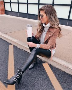 Outfit Ideas for Faux Leather Leggings how to wear black faux leather leggings with booties for fall winter The post Outfit Ideas for Faux Leather… Leggings Outfit Winter, Leather Leggings Outfit, Spanx Faux Leather Leggings, Leggings Fashion, Legging Outfits, Leggings Style, Tribal Leggings, Printed Leggings, Leder Outfits