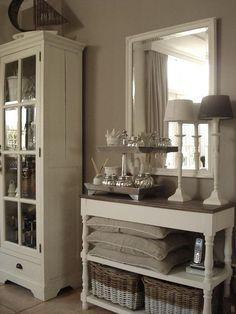 Console Styling – The House that A-M Built ---- pour memo idée de peindre de grands paniers en bicolore avec miroir