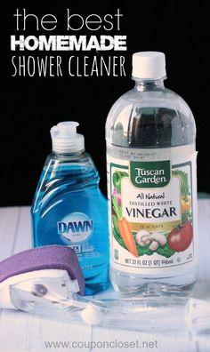 Y llena un fregador de mano con tu limpiador de ducha favorito para dejarlo en la ducha todo el tiempo.