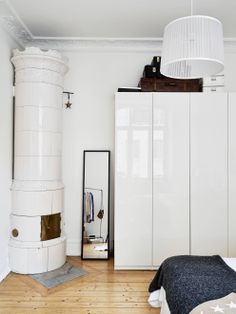 In love with vintage fireplaces Nordic Interior Design, Interior Decorating, Scandinavian Fireplace, Scandinavian Interiors, Vintage Fireplace, Tiny Apartments, Wooden Flooring, Home Bedroom, White Walls