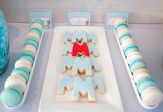 """A decoração da festinha de hoje é mais uma da série """"sem personagens"""".   O tema escolhido é leve e inspirador: Balão!   A mesa de doces fic..."""