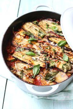 Dit is het recept voor ItaliaanseMelanzane alla Parmigiana oftewel een ovenschotel met aubergine en Parmezaanse kaas. Aan dit recept voeg ik courgette en olijven toe voor een twist aan het klassieke gerecht. Dit is een heerlijke gezinsmaaltijd die ook nog eens makkelijk van te voren te maken is. Vegetarisch recept In dit recept wordt geen vlees toegevoegd, maar de aubergine is een heerlijke vervanger hiervoor. De toevoeging van de courgette maakt het gerecht iets voller en de zwarte olijven…