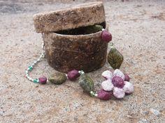 Collar de primavera, con flor y hojas, presentado en joyero de papel vegetal.