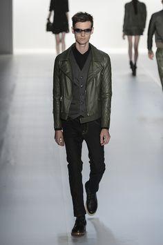 Colcci - Calça cropped e jaqueta de couro. Verde.