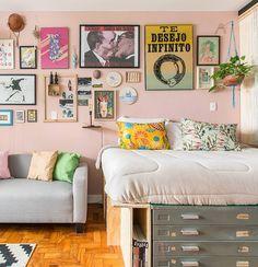 """Histórias de Casa on Instagram: """"mora em um apartamento pequeno? então você vai adorar a história da quitinete do Diogo, criador da marca de pôsteres @emorioestudio: ele…"""" • Instagram"""