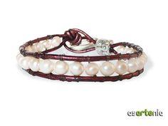 Pulsera tipo chan luu con perlas de río, cuero y zamak.  Precio 24€ / $31  http://www.asartenia.com/