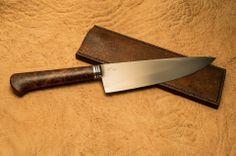 Tom Cutelaria Faca chef, forjada em O1, 13 polegadas no total e 8 na lâmina (20,32cm)  cabop em madeira estabilizada, redwood e bainha em couro suíno.