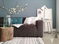Bloesemtakken in huis voor een instant lentegevoel; boomstammetje als salontafel; kleur Steel van Painting the Past [lisannevandeklift.nl].