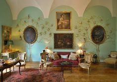 V interiérech zámku se nacházejí cenná umělecká díla renesance, baroka, empíru a biedermaieru. Nejvýznamnější součástí interiéru jsou zachovalérenesanční kazetové stropy vytvořené v Častolovicíchadatované kolem roku 1600. Ty se nacházejí ve čtyřech místnostech západního křídla. VRytířském sále je to 24 výjevů ze Starého zákona. Jde o olejové malby na dřevěných deskách zhotovené podle rytin Jana Sadlera, jejichž předlohou byly kresby antverpského malíře Martena de Vos. V zámecké jídelně…